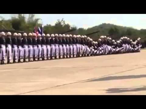 Niezwykły pokaz musztry! Przez cały czas patrz na pierwszego żołnierza z lewej strony!
