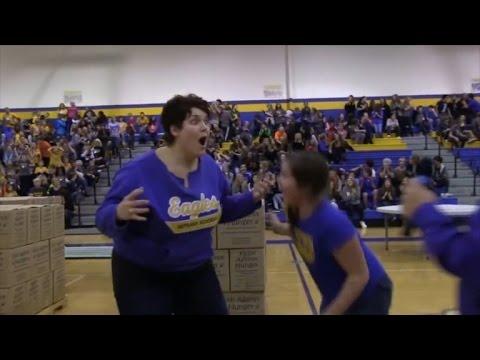 這個站在半場線投籃的媽媽看著籃球落空掉到地板後,下一秒全場竟爆出震耳的歡呼!