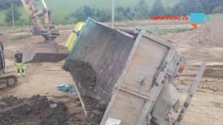 SPOLUPRÁCE TĚŽKÝCH VAH. Bagrista postavil na kola převrácený náklaďák