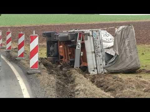 Frankenau: Schwerer Fahrfehler, Lkw kippt um