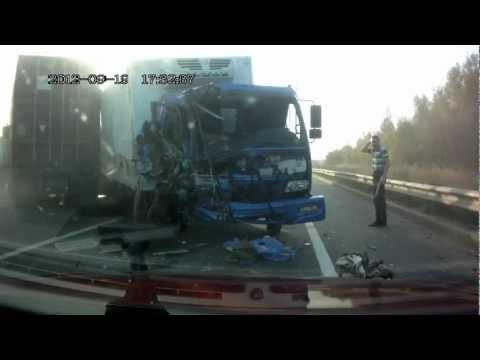卡車對撞的瞬間,司機驚險的存活了下來!