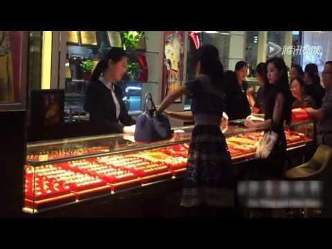 (實拍)中國土豪姊從包包拿出一大把鈔票然後直接砸向女店員