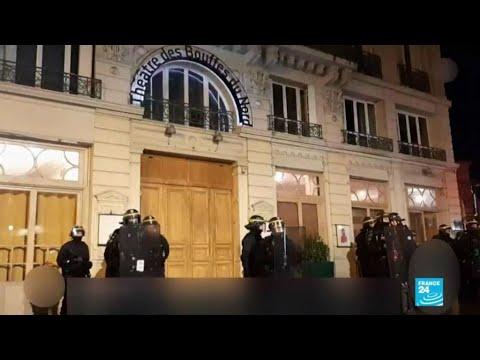À Paris, des manifestants tentent d'entrer dans un théâtre où se trouve Emmanuel Macron