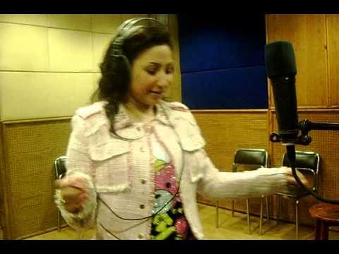 """بوسي تشير بعلامتي النصر والسيسي خلال تسجيلها أغنية """"بنحبك يا سيسي"""""""