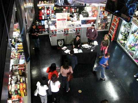 Gerard Firmando Autógrafos En la Tienda