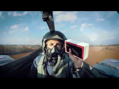 Watch OnePlus 3T unboxing on a fighter jet