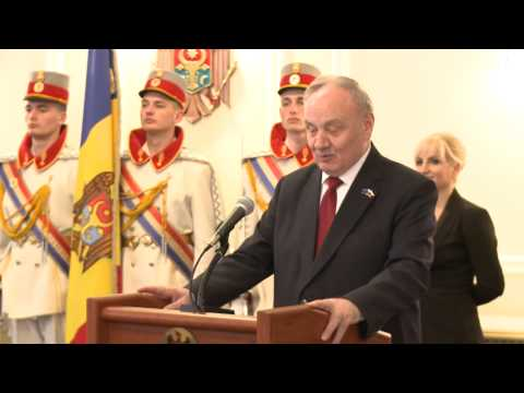Moldovan head of state awards Stefan cel Mare order to former Romanian president