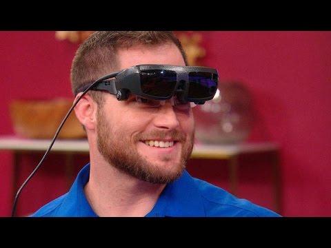 盲眼男子借助高科技眼鏡「第一次看到女友」,第一眼最先看「這個部位」全場笑翻!