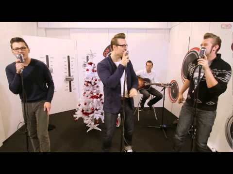 Tekst piosenki The Baseballs - Rocking around the Christmas tree po polsku