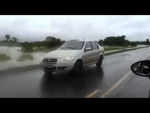 Rio Dourados invade rodovia entre Caarapó e Dourados