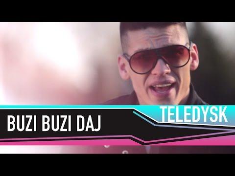 Tekst piosenki Bayera - Buzi buzi daj po polsku