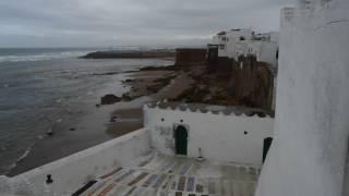 Llegada al mirador de Arcila, con vistas a los cementerios, vertederos, pueblo, playa y mar. Todo ello bajo el fuerte viento y lluvía que me hicieron de esta experiencia única.Podéis leer el post completo aquí:  https://www.frikiporviajar.com/1-dia-arcila-marruecos/