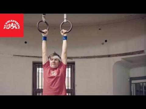 Michal Hrůza se pro Padesátku Vojty Kotka svlékl do trenýrek: Podívejte se na video!