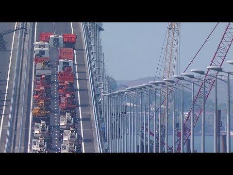 «Поехали»: Путин за рулём КамАЗа пересёк Керченский пролив по новому мосту - DomaVideo.Ru