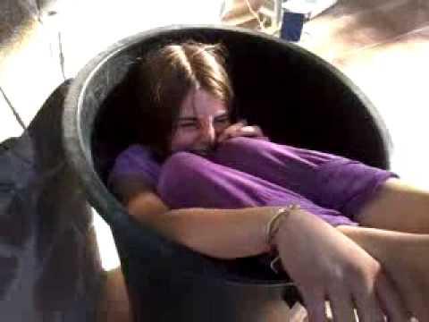 caduta nel cesto della spazzatura