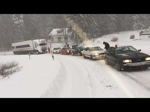Jest moc! 5 Audi Quattro pomaga ciężarówce podjechać pod zaśnieżoną górkę!