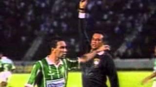 Reportagem sobre a partida realizada na Fonte Nova, onde o jogador Edmundo pôs a mão no rosto do juiz após ter sido expulso. Os gols do Vitória foram de ...
