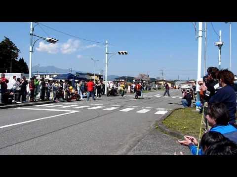 「『決まったー!』バイクで見事一回転する大技「地獄車」。」のイメージ