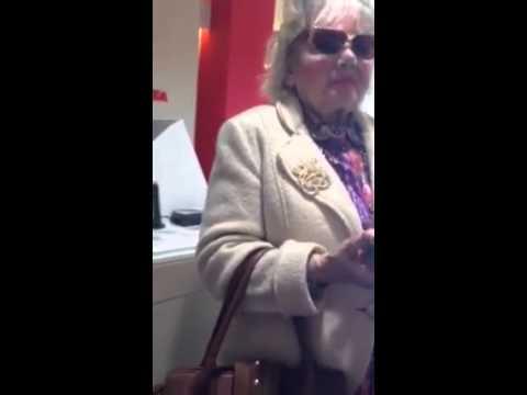 anziana scambia telecomando per cellulare e litiga col commesso..