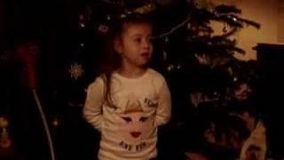Juliette , cinq ans , chante mon beau sapin en breton.