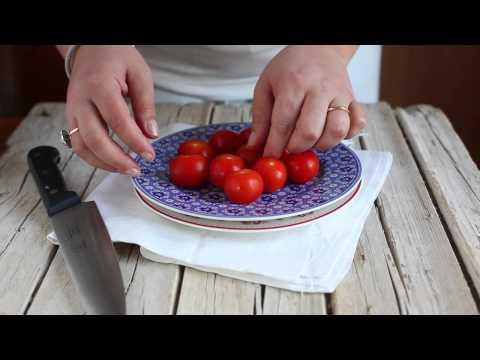 metodo per tagliare i pomodori a metà in un solo colpo