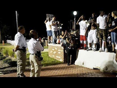 ΗΠΑ: Συμπλοκές μεταξύ διαδηλωτών και αστυνομίας στο Φέργκιουσον ένα χρόνο μετά τη δολοφονία Μπράουν