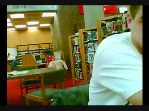 神聖なる図書館でパンクのノリで大騒ぎする女性発見! さすがにこれは気になる。