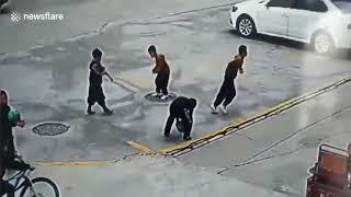 Eksplozja włazu wyrzuca chłopca w powietrze po tym jak wrzuca do środka petardę