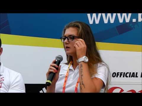 Klaudia Maruszewska rozdaje autografy na Starym Rynku