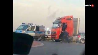 Policja zatrzymuje agresywnego kierowcę ciężarówki.