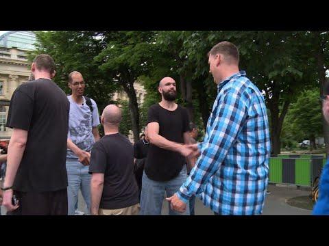 العرب اليوم - شاهد:أطول رجال العالم يلتقون في باريس