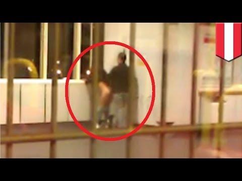 Para kopuluje na stacji metra w Wiedniu.