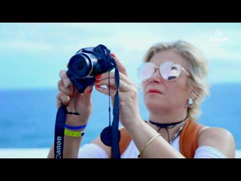 Daniela Mercury recebe turistas em Salvador.