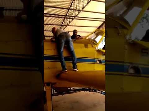 Polícia Federal (vídeo) apreende avião agrícola carregado com tijolos de maconha