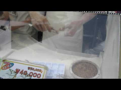 Korean street vendor turns one block of honey candy into 16384 strings of honey candy