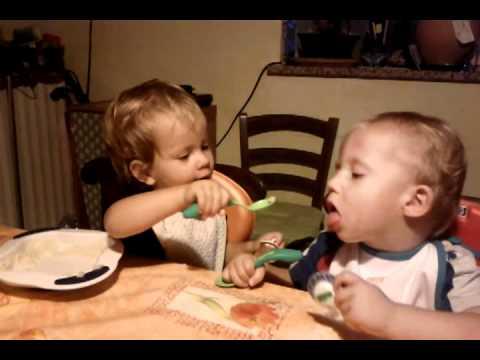 bimba imbocca il suo fratellino, lui le morde un dito!