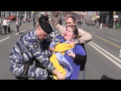 Шествие по Москве с украинским флагом