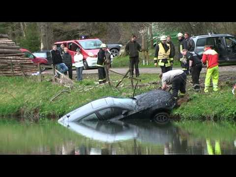 Vöhl: BMW versinkt in Klärteich bei Asel