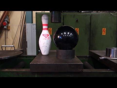 他們用液壓機把重量級的保齡球給硬壓下去,結果1秒內出現的超紓壓景象讓大家都爽到最高點啊!