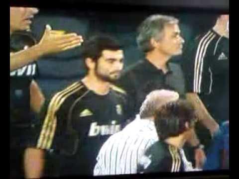 Jose Mourinho poking Tito Vilanova in the eye (видео)