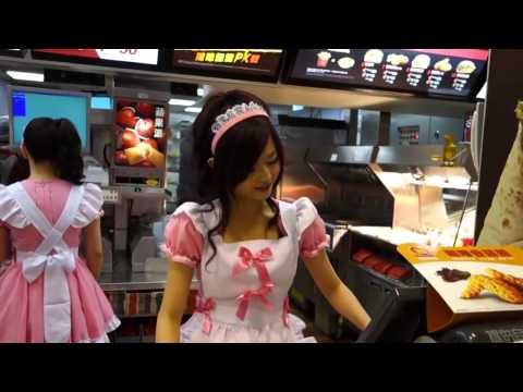 Des employées en soubrette rose dans un Mc Do à Taiwan