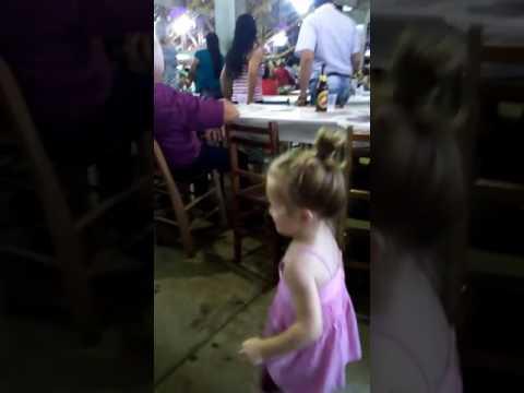 Alyssa e Alexia no baile dos idosos em Salgado Filho