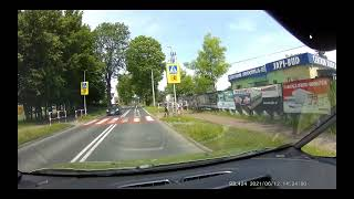 Kierowca BMW wyprzedza na pasach i prawie przejeżdża dziecko
