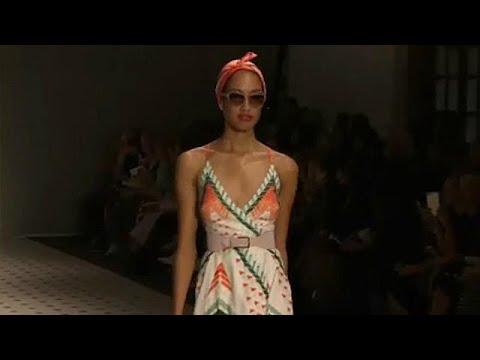 Εβδομαδα Μόδας Λονδίνου: Σικ δημιουργίες, απλά σχέδια και δυνατά χρώματα