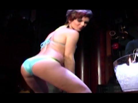 hot-girls-shaking-their-booty-milf-walking-naked-gif