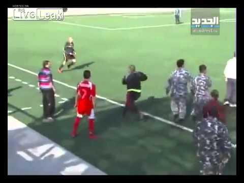 Trọng tài bị cầu thủ đuổi dánh