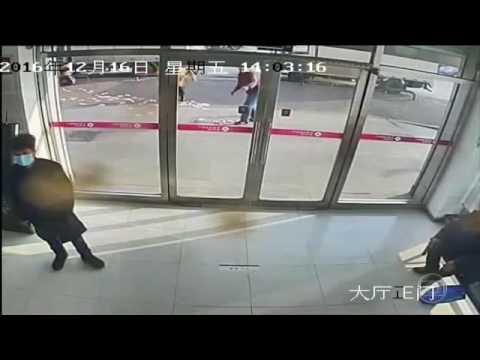Vídeo - Ventania espalha 12 mil reais de homem que saía de banco; Assista!