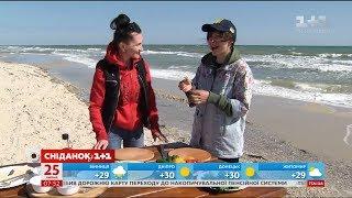 Сьогодні вирушаємо до моря, до невеликого містечка Лазурне. Покатаємось на кайтах та приготуємо дуже незвичайний салат - з медузи.Сніданок з 1+1 у мережі Facebook https://www.facebook.com/snidanok