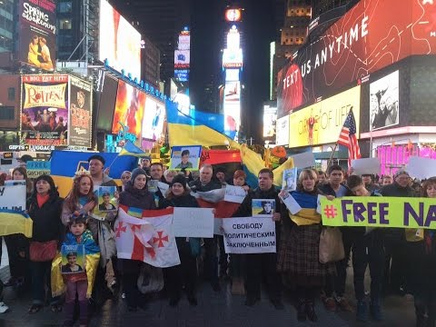 """Нью-Йорк і Чикаго підтримали Савченко, а в Москві вивісили плакат з її фото та закликом """"Живи!"""""""