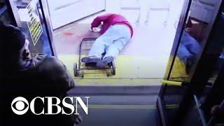 Wypchnęła 74-letniego dziadka z autobusu. Postawiono jej najcięższy zarzut